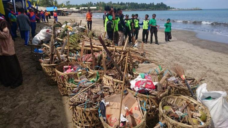 TNI - Polri bersama masyarakat saat membersihkan sampah di pesisir Pantai Anyer. (Foto: TitikNOL)