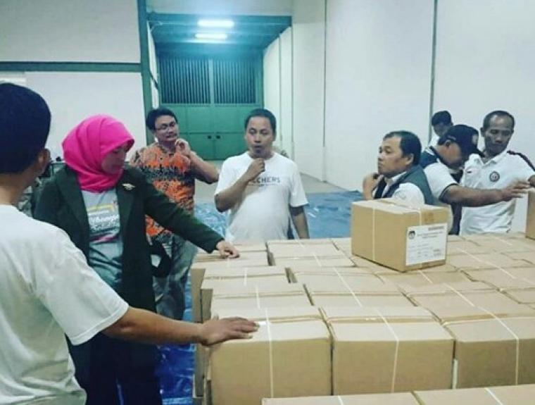Petugas Bawaslu saat melakukan pemeriksaan surat suara Pilpres 2019 di Kota Tangerang. (Foto: TitikNOL)
