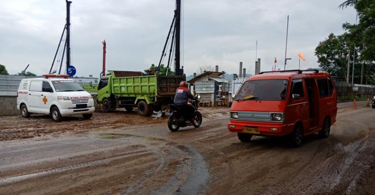 Tanah urugan dari proyek pembuatan tanki PT Vopak berceceran di Jalan Raya Merak. (Foto: TitikNOL)