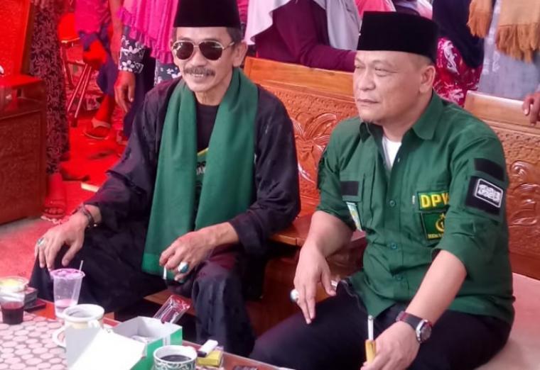 Yadi Supriadi (berkacamata) saat berada di acara pemeriksaan dan pemberian kacamata gratis yang digelar di sekretariat DPP PPSTB Banten. (dok: ist)