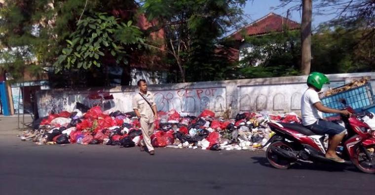Tumpukan sampah terlihat di salah satu pinggir jalan di Kota Serang. (Dok: Inilahbanten)