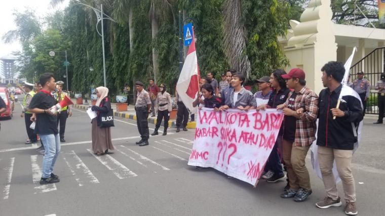 Suasana aksi unjuk rasa di depan Kantor DPRD Kota Cilegon. (Foto: TitikNOL)
