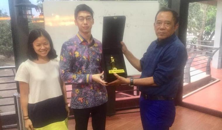 Kedutaan Besar Singapura yang diwakili Jonathan Lian dan Alice Tee saat kunjungi tempat kediaman Mulyadi Jayabaya di KM 7 jalan raya Lebak-Pandeglang. (Foto: TitikNOL)