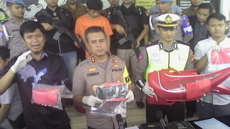 AKBP Ferdi Irawan saat menggelar Press Confrence di halaman Mapolres Tangerang Selatan. (Foto: TitikNOL)