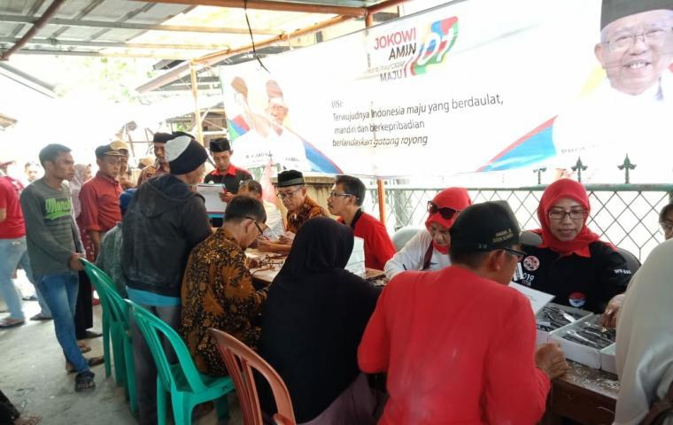 Suasana kegiatan bakti sosial (baksos) pemeriksaan dan pemberian kacamata baca gratis, di Posko DPC GRJ yang berlokasiKampung Gardu, Desa Junti, Kecamatan Jawilan, Kabupaten Serang. (Foto: TitikNOL)