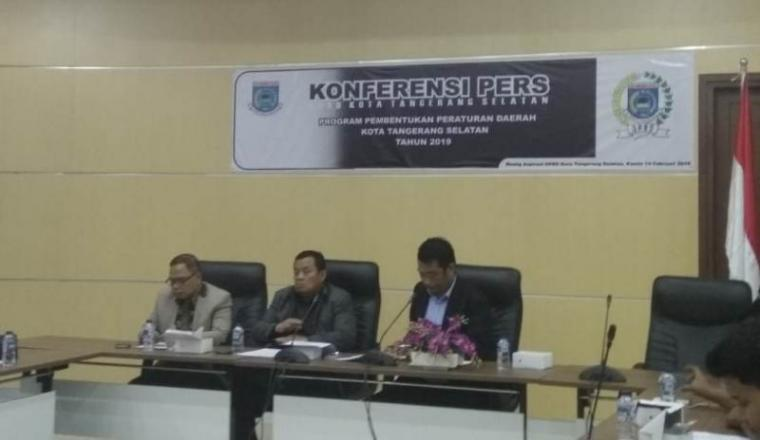 Suasana konferensi pers di Gedung DPRD Kota Tangsel, Jalan Raya Puspitek, Setu, Serpong. (Foto: TitikNOL)