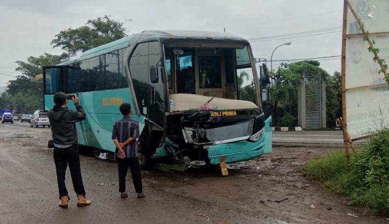 Kecelakaan lalu lintas yang terjadi di Jalan Akses Tol Cilegon Timur. (Foto: TitikNOL)