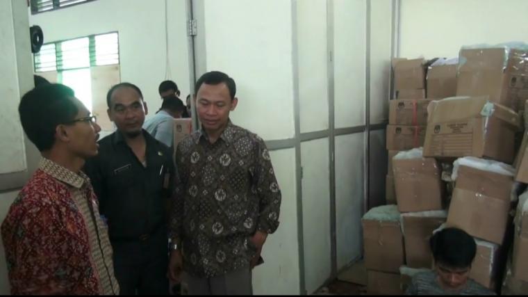 Komisioner KOU RI Pramono U Thantowi, saat melihat proses pelipatan suara di KPU Kota Serang. (Foto: TitikNOL)