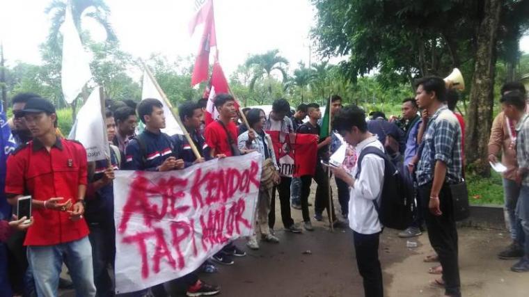 Pulahan mahasiswa yang tergabung dalam Cipayung plus, gelar aksi unjuk rasa di depan kantor Wali Kota Serang, di Kota Serang Baru, Kamis (14/3/2019). (Foto: TitikNOL)