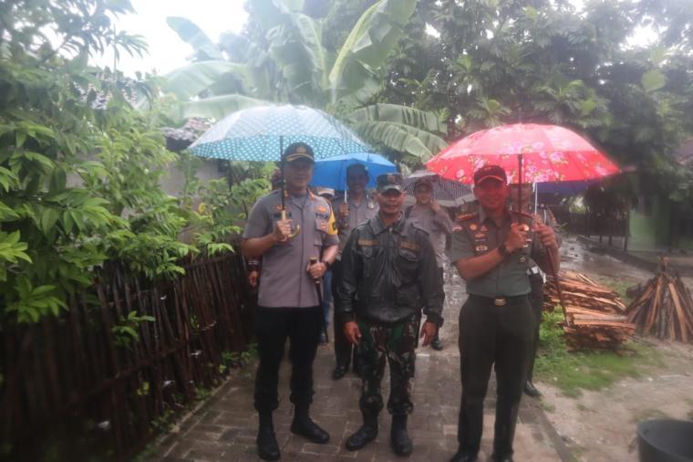 Kapolres Serang AKBP Indra Gunawan saat mengunjungi Pulau Tunda. (Foto: TitikNOL)
