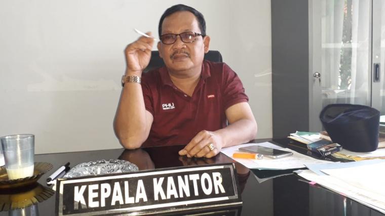 Kepala kantor Kemenag Lebak, Akhmad Tohawi saat ditemui TitikNOL diruang kerjannya. (Foto: TitikNOL)