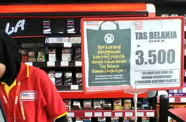 Pemberlakuan kantong plastik berbayar di toko retail Tangerang Selatan. (Foto: TitikNOL)