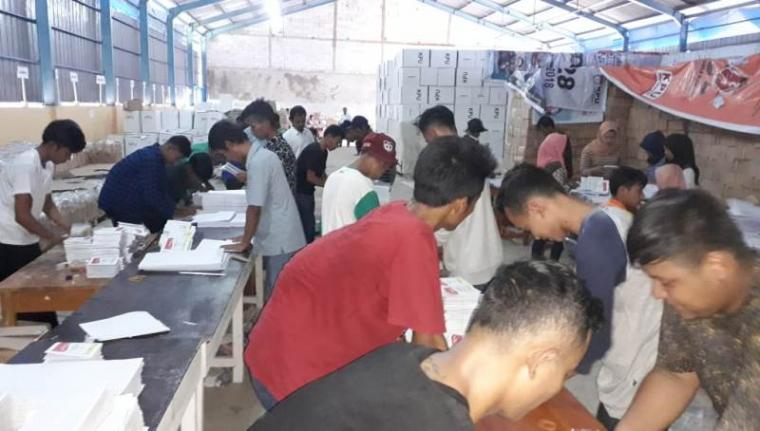 Suasana pelipatan kertas suara Pemilu 2019 di gudang logistik KPU dibilangan Pasir Ona Rangkasbitung, Senin (18/3/2019). (Foto: TitikNOL)