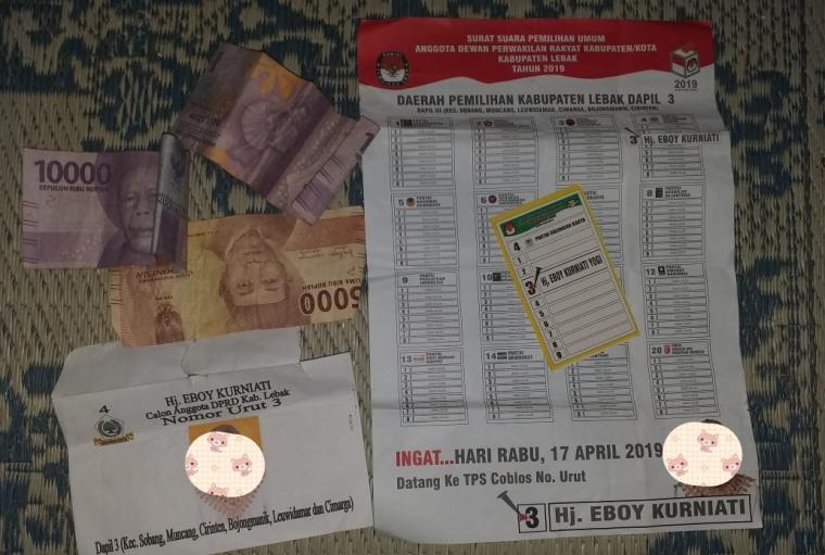 Uang dan peraga kampanye yang diduga diberikan oleh salah satu Caleg dari Golkar kepada warga, saat digelar pertemuan. (Foto: Ist)