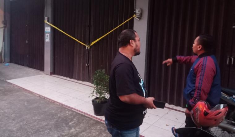 Salon RF milik Caleg Perindo yang digerebek masih terpasang garis polisi. (Foto: TitikNOL)
