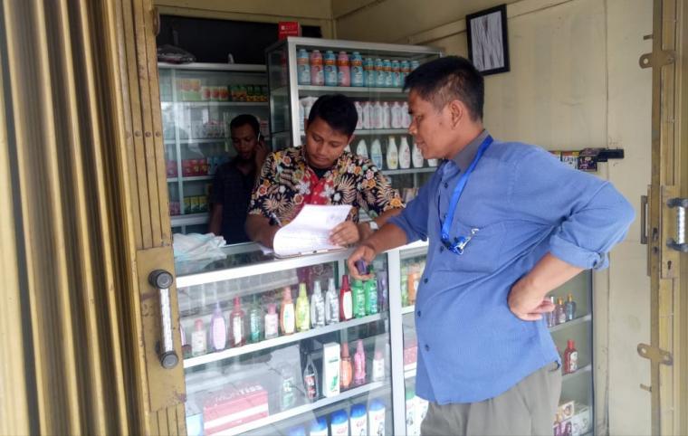 Petugas BPOM Serang saat melakukan sidak di salah satu toko kosmetik di jalan Bayangkara, Kota Serang. (Foto: TitikNOL)
