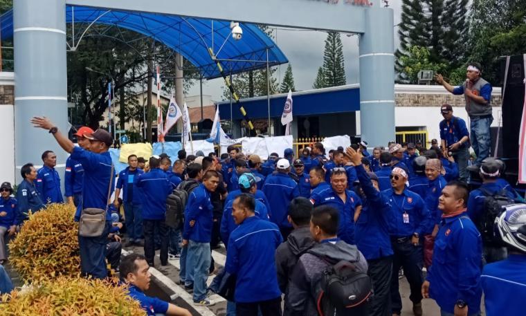 Buruh saat menggelar unjuk rasa di depan Gedung Teknologi PT Krakatau Steel. (Foto: TitikNOL)