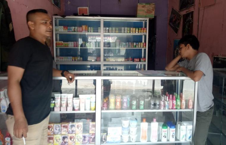 Dua penjaga sedang berdiri di depan toko obat di Kota Serang yang kedapatan menjual obat keras secara bebas. (Foto: TitikNOL)