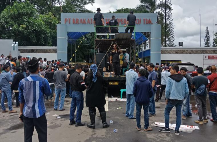 Forum Pengusaha Lokal Ring 1 dan Laskar Pendekar Banten Sejati, saat menggelar aksi unjuk rasa di Gedung Teknologi PT Krakatau Steel. (Foto: TitikNOL)