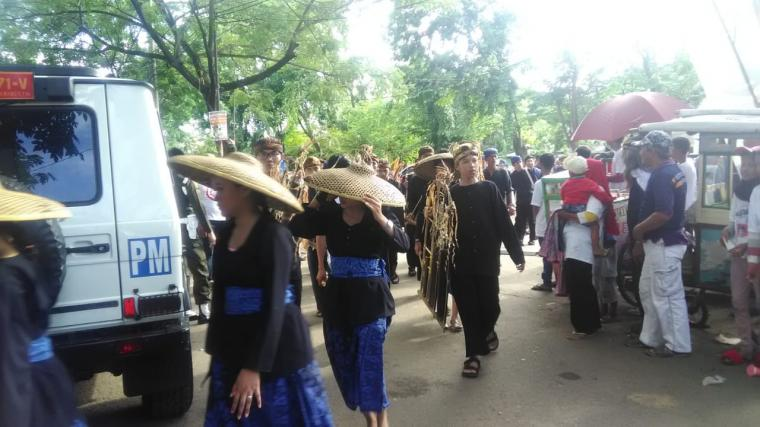 Tarian tradisional Rekongkong Buhun meriahkan karnaval budaya yang menyambut kedatangan Capres Joko Widodo, yang diarak ribuan warga menuju Stadion Maulana Yusuf, Kota Serang. Minggu, (24/3/2019). (Foto: TitikNOL)