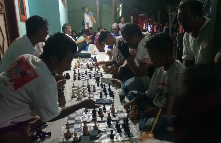 Sejumlah warga di Kampung Umbul Kapuk, terlihat antusias mengikuti perlombaan catur yang digelar relawan Sajojo. (Foto: TitikNOL)