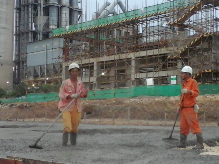 Dua TKA di PT. Sinoma Engineering Indonesia, main kontraktor pada Pabrikasi Semen Merah Putih Line II milik PT. Cemindo Gemilang. (Foto: TitikNOL)