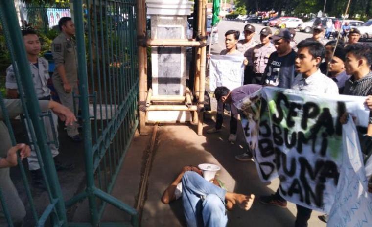 Aksi unjukrasa di depan kantor Bupati Lebak, Senin (25/3/2019). (Foto: TitikNOL)