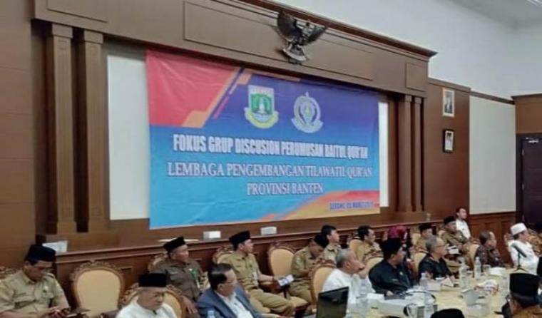 Spanduk yang dipasang di ruang transit Pendopo Gubernur Banten, di Curug, Kota Serang itu. (Foto: TitikNOL)