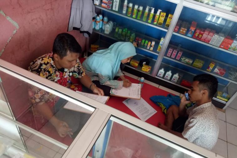 Petugas BPOM Serang saat mendata penjaga toko kosmetik yang kedapatan menjual obat keras. (Foto: TitikNOL)