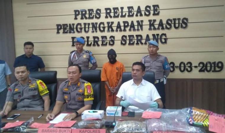 Press Release Polres Serang pengungkapan kasus pemalsuan KTP dan SIM. (Foto: TitikNOL)