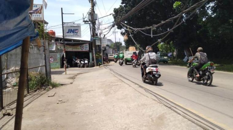 Keberadaan kabel PLN di Jalan Puspitek-Serpong, tepatnya di depan Gang Salem III, Serpong, Tangerang Selatan (Tangsel). (Foto: TitikNOL)