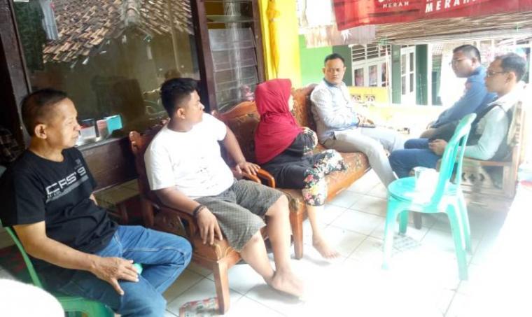 Komisioner KPU Kota Serang tengah melayad dikediaman almarhum Pulung. (Foto: TitikNOL)
