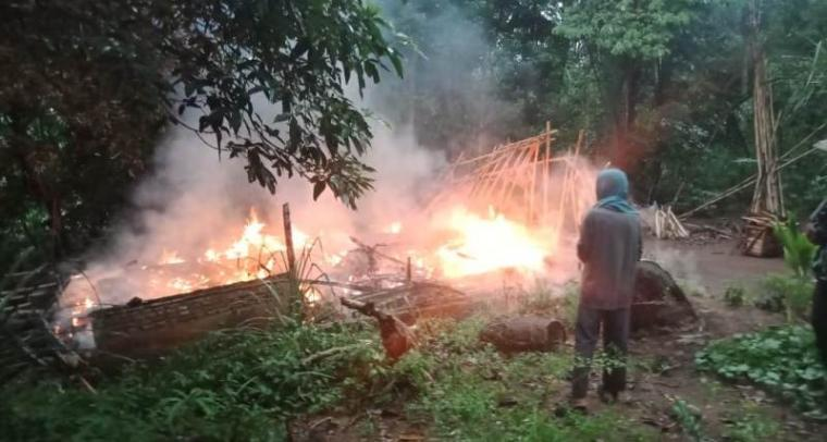 Rumah terbakar milik Asmah (51) warga Kampung Talaga RT16/RW04, Desa Muara Dua, Kecamatan Cikulur, Kabupaten Lebak. (Foto: TitikNOL)