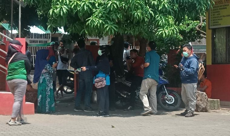 Menggunakan masker warga kumpul di SD Sumur Wuluh. (Foto: TitikNOL)