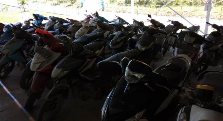 Puluhan kendaraan bermotor roda dua yang ditengarai bodong yang terparkir di salah satu area PT Sinoma. (Foto: TitikNOL)