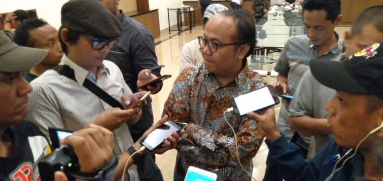 Direktur Eksekutif Konsepindo Veri Muhlis Arifuzzaman, ketika memberikan keterangan sementara hasil quick count versi lembaga survey Konsepindo. (Foto: TitikNOL)