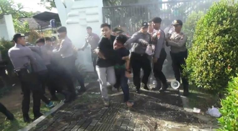 Aksi Himpuan Mahasiswa Islam (HMI) di depan kantor Gubernur Banten. (Foto: TitikNOL)