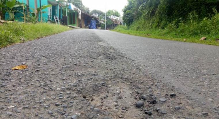 Kondisi ruas jalan Bayah - Cibeber di Kabupaten Lebak. (Foto: TitikNOL)