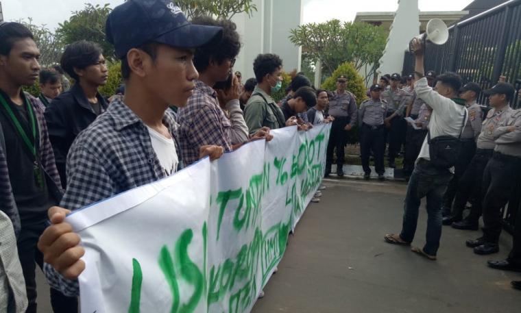Mahasiswa dari HMI Badko Jabodetabeka Banten, saat menggelar aksi unjukrasa di kawasan Pusat Pemerintahan Provinsi Banten. (Foto: TitikNOL)