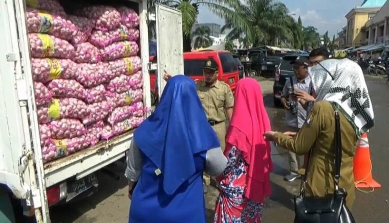 Operasi pasar Dinas Perdagangan Provinsi Banten di Pasar Induk Rau Kota Serang, Selasa (30/4/2019).