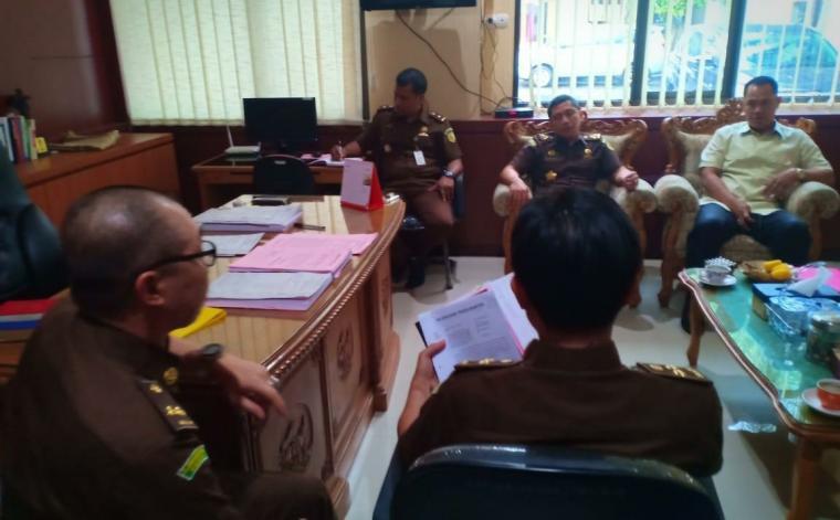 Petugas Polda Banten saat melimpahkan berkas dua tersangka ke Kejati Banten. (Foto: TitikNOL)