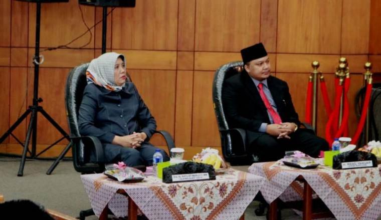 Dua calon Wakil Walikota Cilegon Ratu Marliati dan Reno Yanuar sebelumnya menyampaikan visi misi. (Foto: TitikNOL)