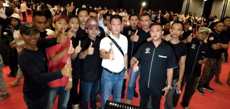 Relawam Jari 98 mengacungkan jempol saat hadir di acara kampanye yang dihadiri Capres Joko Widodo. (Foto: TitikNOL)