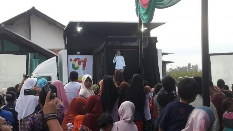 Suasana kampanye dalam bentuk hologram di Terumbu, Kecamatan Kasemen, Kota Serang. (Foto: TitikNOL)