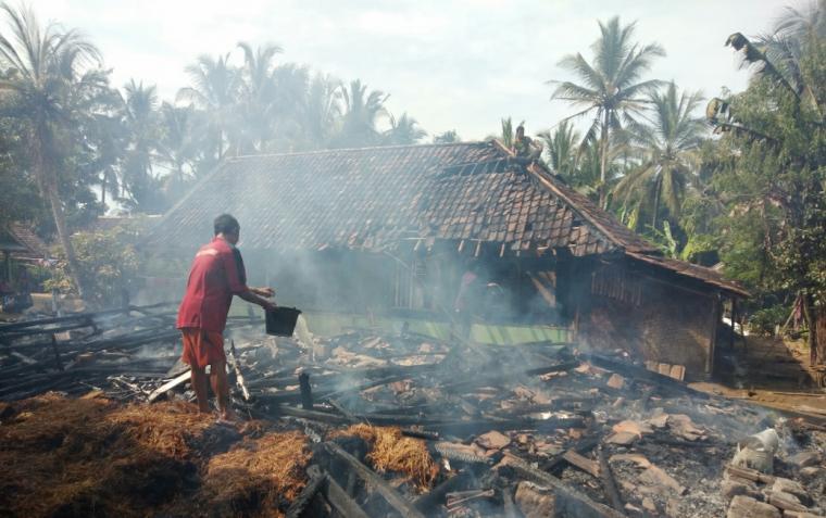 Rumah terbakar di Kampung Cikaredok, Desa Cilangkap, Kecamatan Wanasalam, Kabupaten Lebak, Jumat (5/4/2019) yang diduga akibat korsleting listrik. (Foto: TitikNOL)