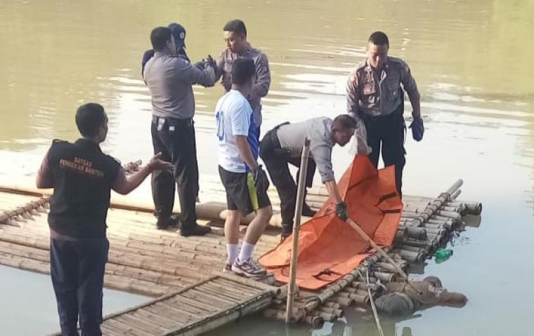 Sesosok mayat wanita dengan ciri-ciri bertato pada bagian tubuhnya, ditemukan mengambang di Sungai Ciujung, Kampung Lebak Sambel RT03/RW01, Kelurahan Cijoro Lebak, Kecamatan Rangkasbitung, Kabupaten Lebak. (Foto: TitikNOL)