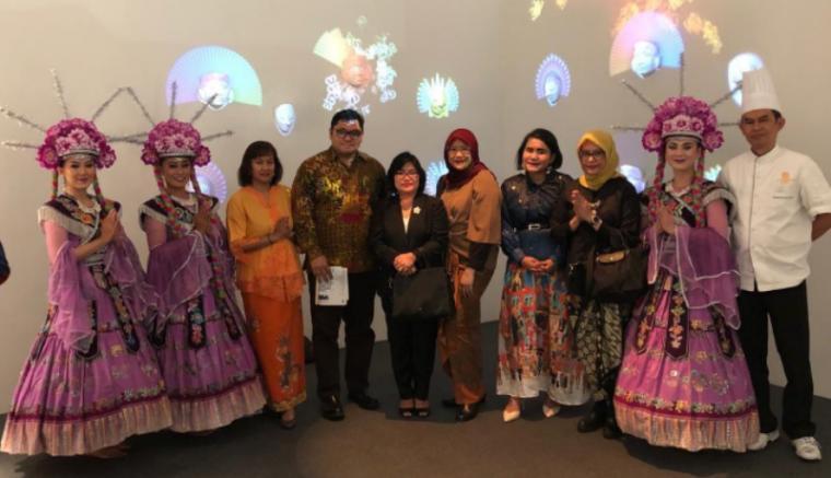 Minister Counsellor Pensosbud KBRI Roma, Charles Hutapea (keempat kiri) saat menghadiri pembukaan pameran Superdesign Show di Milan. (Foto: Dok KBRI Roma).