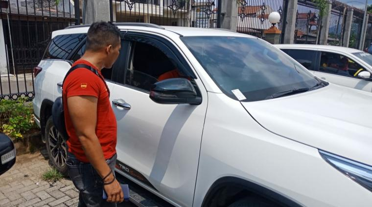 Anggota Polres Cilegon mendatangi TKP pencurian dengab modus pecah kaca mobil. (Foto: TitikNOL)
