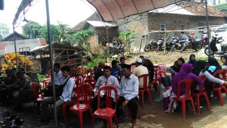 Suasana rumah duka Ketua Kelompok Penyelenggara Pemungutan Suara (KPPS) di Lingkungan Waru, Kelurahan Kemanisan, Kecamatan Curug, Kota Serang. (Foto: TitikNOL)