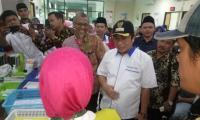 Kepala badan kepegawaian daerah (BKD) Banten Komarudin di ruang rapat. (Foto: TitikNOL)